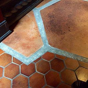 名前を呼ばれ、案内役のキャストさんにここで止められます。この先からはレミー達のサイズに私達はなりますよ、と説明されました。床のタイルサイズがここから変わっています。