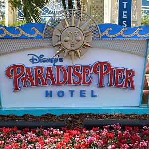 パラダイスピアホテル入り口看板
