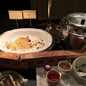 チャーシューとネキの和えそばと中華スープ。 お椀にこの和えそばと中華スープを入れてラーメン的に食べる食べ方をキャストさんに教えて貰いました✨裏メニュー✨