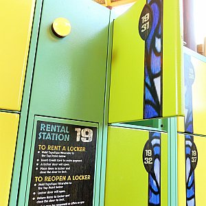 ボルケーノ・ベイらしい、明るい雰囲気のレンタルロッカーです(^^♪