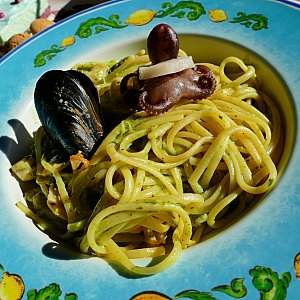 パスタはシーフードジェノベーゼ! 麺がもちもちでシーフードの旨みがギュッとつまってます〜! とっても美味しかったです!