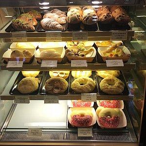 マーケットハウス•ベーカリーのパンです。 2月2日昼間の様子です。 2月2日夜も同じでした。 2月3日午前にもお店に入りましたが、その時は上2段目の旧正月商品はまだ販売されていませんでした。