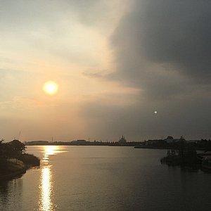 ラグーンに映る夕日がキレイでした。ディズニーはどこで写真撮っても本当に絵になりますね〜!