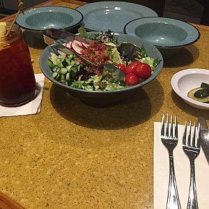 サラダとアイスティー、ピクルス。ランチだから?前回はピクルスはありませんでした。