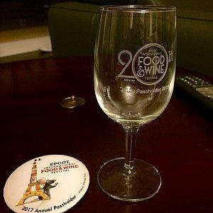 昨年はこちらのワイングラスでした。グラスからバッジとは、ちょっと…無料ギフトなので文句は言えませんね。