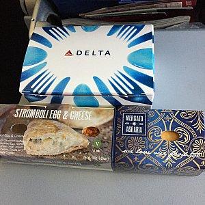 往路の2回目の機内食。青い箱の中は、ヨーグルトとフルーツです。