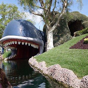 ピノキオに出てくるクジラさん。この中を通って、ディズニーの物語の世界へ。