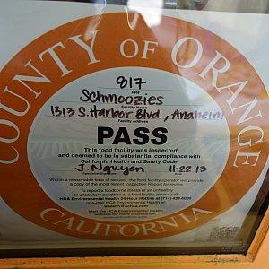 Schmooziesにて。 カリフォルニア産オレンジを使ってますよアピールのステッカー。パーク内の色んな箇所のレストランに貼ってありました。