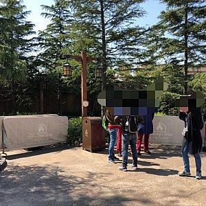 プレオープンの入り口。 基本的には紙のリストバンドを付けた招待客のみの入場ですが、不定期で一般ゲストも入れました
