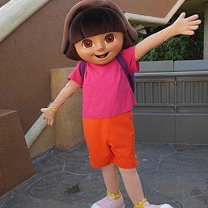 ドーラという女の子らしいです。ジュラシックパークのアトラクションに乗ってたところ、手を振ってきてくれました😁