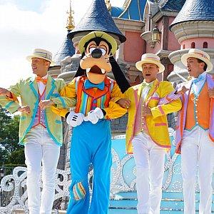 このショーの主催?グーフィーとダンサーさん♪ダンサーさんの衣装がカラフルで素敵でした!