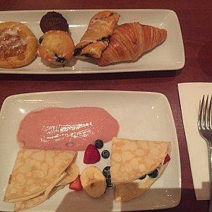朝食。フルーツクレープだったかな。 冷房でガタガタ震えながら食べました。パンは硬くて見本かと思ったw