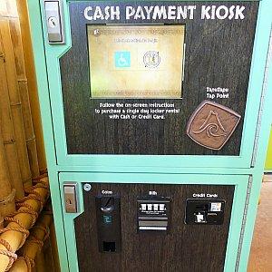 そんなわけで、もう一つの支払い方を紹介します。こちらはキャッシュペイメントキオスク。クレジットまたは現金で支払うことができます。ただここで最大の疑問点…。なぜタプタプにクレジット情報を登録済みなのにロッカーだけはタプタプで支払えないのだろう…。謎です。今後改善されることを期待しています。