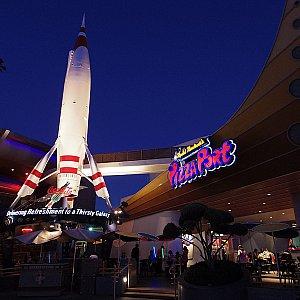 スペースマウンテンの隣にあります。大きいロケットが目印です。