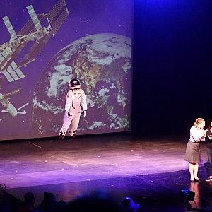 会場から選ばれたゲスト(2人)が宇宙飛行士とワイヤー操作担当に分かれて、ワイヤーによる演出を体験するんですが、これがまあ面白い!こちらも会場は大盛り上がりでした。 結構楽しめる30分間で、鑑賞して良かったと思えるショーでした。