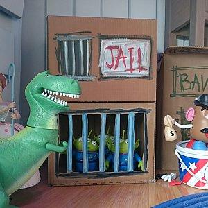エイリアン達は段ボールの監獄に…。写真がないのですが、他の飾り窓も素敵でした✨