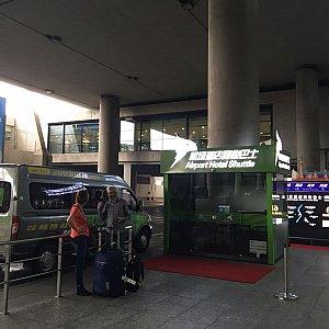 タクシー乗り場を過ぎるとすぐにEGoBusの乗り場が見えます。朝早いとここの受付は開いていないようです。早朝の場合は到着ロビー(2階)で受付してください。
