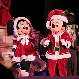 サンタさんコスになったミッキーとミニー。