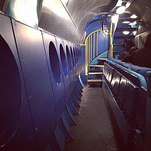艦内の様子です。座席は映画館などのように折りたたみ式です。