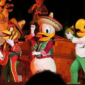持っている楽器がパンチートはギター、ドナルドはマラカスに!!