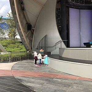 このステージのラインから内側(色が違うところ)は子ども用スペースに