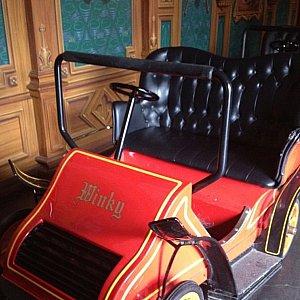 クラシックカーを模した2人乗りのライドに乗って出発。座り心地が良い!