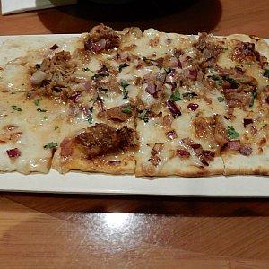 カルアポークのピザ。大きく見えますが、生地が薄いので意外に多くないです。