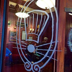 ドアにはレミーを型どったロゴが。