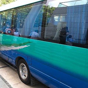 マイクロバスぐらいの大きさのバスです。