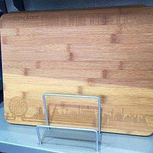 竹製のまな板にも各国パビリオンのシルエットが。