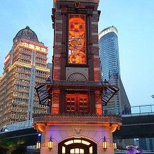 ストア前の時計塔