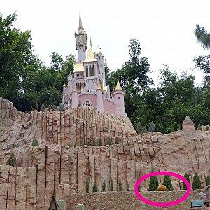 右下にはカボチャの馬車、お城の時計は12時を指してることからシンデレラってわかりました。お城がブルー系じゃないのがちょっと違和感でした。