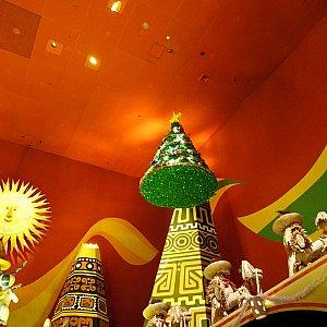南米エリアにクリスマスツリーが浮いています