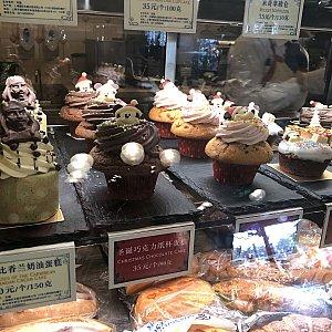 サンタミッキー(チョコ味、イチゴ味)のカップケーキ  ジェラトーニの抹茶味のは上段にありました 各 35元
