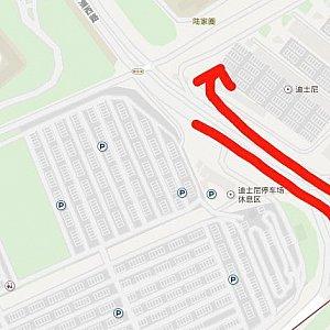 トイストーリーホテルを右手に見ながら通り過ぎ、次のロータリーをUターンします。Uターンして少し進んで右へ斜めに進むとターミナルに到着です。