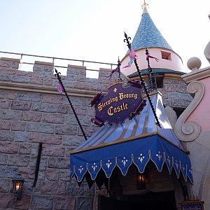 入り口はお城の裏です。