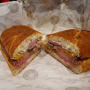 オススメダントツの一位はTHE  ORIGINAL 1762!ローストビーフ、チェダーチーズに西洋わさびのソース! ホースラディッシュソースを使ってるサンドイッチは他のパン屋でもありましたが、変な辛さがあり、やっぱりアールのオリジナルが一番です❤