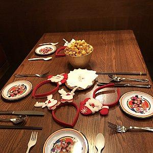 テーブルにはカチューシャのプレゼントも!光ります