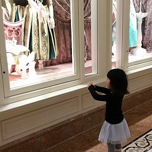 オープン前 ウィンドウに飾ってあるアナのドレスが着られるように願う娘