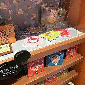 トイストーリーランドのロゴ入り新商品 59元。 ディスプレイを見るとコースターにもなるのかな?