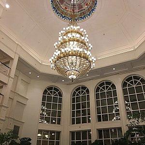 天井が高くて開放感のあるエントランス。