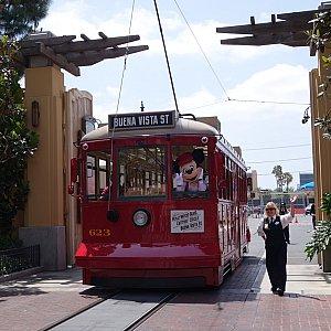 Red Car Trolley News Boys お見送りの最後まで、カメラを向ける度にピースしてくれました。