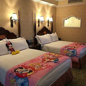 参考までに、ホテルのルームデコレーションの写真も載せます。 スリッパもプリンセス仕様でした。 ※注意※ 写真の中でベッドの上に置いてあるミニーちゃんのぬいぐるみはプリンセスのパッケージに含まれません! 『スリー・マジカル・デイズ』という別のパッケージに含まれるぬいぐるみです!