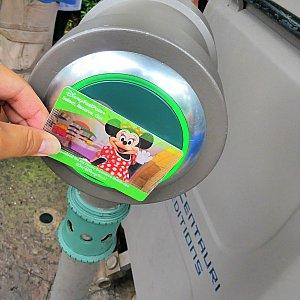 FP+の場合は、チケットやマジックバンドをここにかざします!スタンバイの入口のすぐ隣なのでわかりやすい場所です。緑に光ったらOKです♪このかざした機械なのですが…