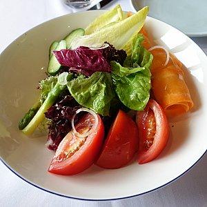ガーデンサラダ(38元)は、オリーブオイルがかかった普通のサラダでした。