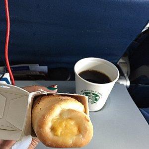 パンの中にたまごで無難な味。コーヒーはスタバです。