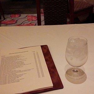 テーブル席にも沢山のワインリスト