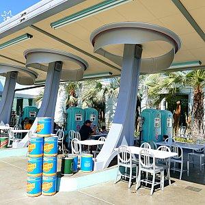 フローのV8カフェは原作だと皆が集まる喫茶店(オイルカフェ)なので外にはオイルがズラリ
