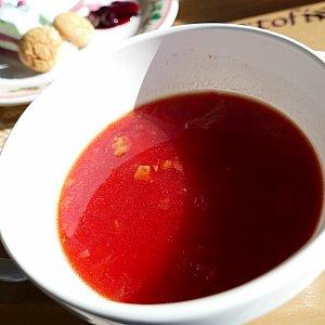 ベジタブルスープは不気味(失礼)なくらい真っ赤! でも一口のんでみるとベーコンの旨みが効いた ミネストローネと判明! 真っ赤な色の正体はビーツかな???