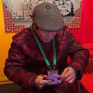 中国の伝統工芸の切り絵は60元(小)、300元(大)。こちらもその場で切ってもらうことができます。